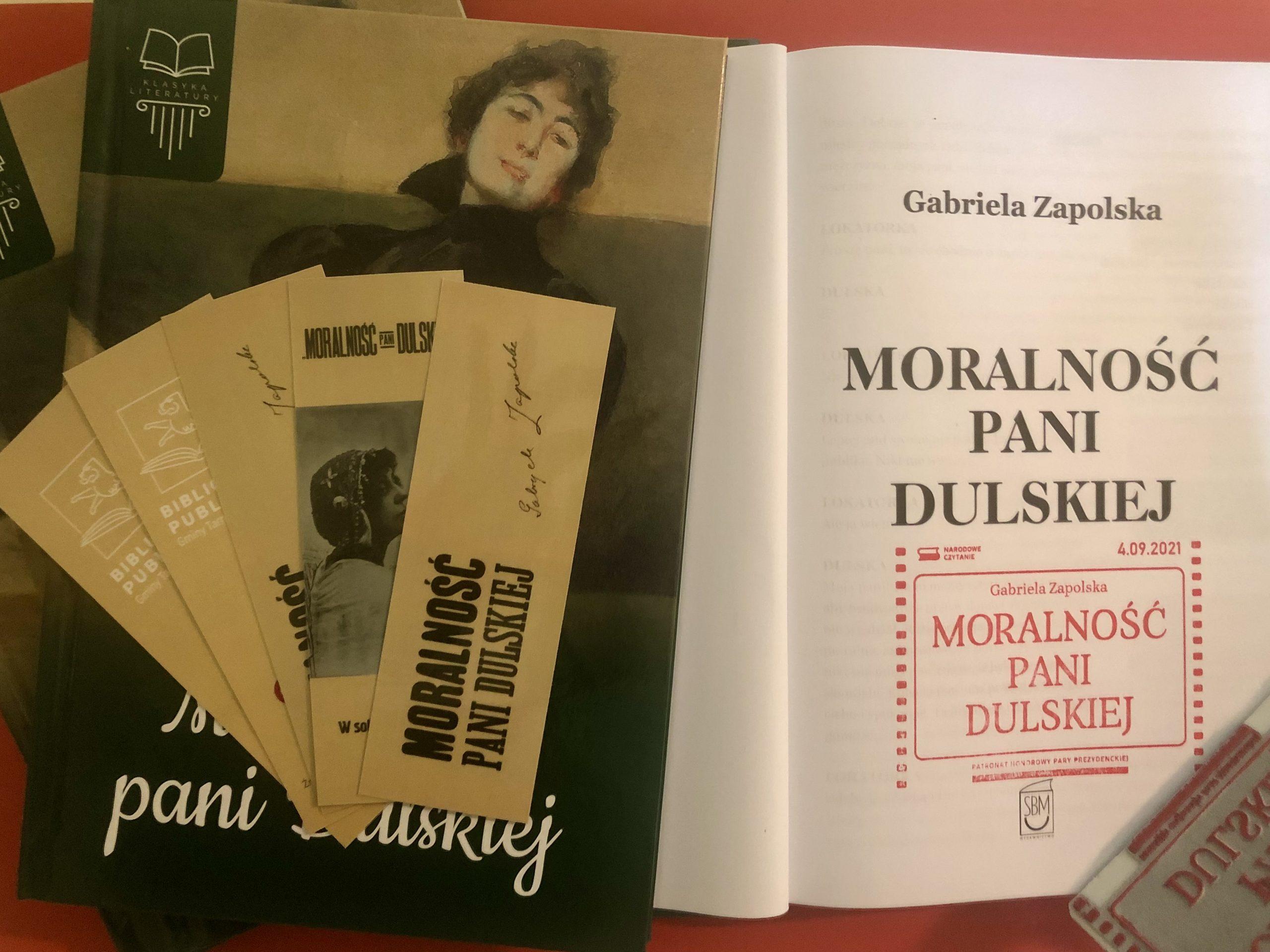 """Egzemplarze książek """"Moralność Pani Dulskiej"""" z okolicznościową pieczęcią Narodowe Czytanie 2021"""